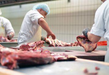 découpe de viande dans un atelier